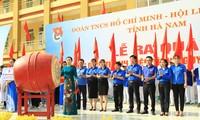 Bà Đinh Thị Lụa, Phó Chủ tịch UBND tỉnh Hà Nam đánh trống khởi động chiến dịch Thanh niên tình nguyện hè 2020.