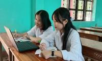 Học sinh trường THPT Cửa Tùng (huyện Vĩnh Linh, Quảng Trị) hào hứng học bản mềm Atlat Lịch sử 12 của thầy giáo Phan Khánh Hội.