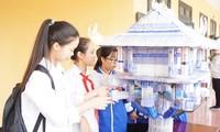 Học sinh Hà Nội thích thú với mô hình Chùa Một Cột được làm từ bút bi đã qua sử dụng