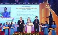 Phó Thủ tướng thường trực Chính phủ Trương Hòa Bình (ngoài cùng, bên trái) cùng Bí thư T.Ư Đoàn, Chủ tịch T.Ư Hội SVVN Bùi Quang Huy trao tặng giải thưởng cho các Nhà giáo trẻ tiêu biểu cấp T.Ư năm 2020. Ảnh: Bảo Anh