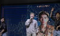 Ca sĩ Đức Phúc, Quán quân The Voice 2015 bùng nổ tại lễ trao giải Red Carpet do Đoàn trường Chuyên Đại học Sư Phạm tổ chức.