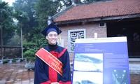Sinh viên Phạm Duy Tân, trường ĐH Kiến trúc TPHCM bên canh đồ án tốt nghiệp xuất sắc giành giải Nhất giải thưởng Loa Thành năm 2020. Ảnh: Lâm Đăng Hải