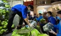Thanh niên tình nguyện bốc dỡ, sắp xếp nông sản của người dân Hải Dương tại Hà Nội.