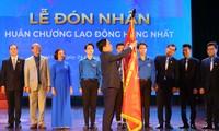 Anh Nguyễn Anh Tuấn, Uỷ viên T.Ư Đảng, Bí thư thứ nhất T.Ư Đoàn, Chủ tịch Hội LHTN Việt Nam trao Huân chương Lao động hạng Nhất cho Đoàn Trường ĐH Kinh tế Quốc dân