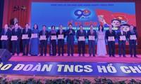 Anh Nguyễn Ngọc Lương, Bí thư T.Ư Đoàn, Chủ tịch Hội đồng Đội T.Ư tặng Kỷ niệm chương Vì thế hệ trẻ cho 18 cá nhân.