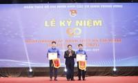 Ông Nguyễn Xuân Thắng, Ủy viên Bộ Chính trị, Giám đốc Học viện Chính trị Quốc gia Hồ Chí Minh, Chủ tịch Hội đồng lý luận T.Ư trao giải thưởng cho 2 chi đoàn mạnh toàn quốc.