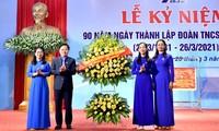 Anh Nguyễn Anh Tuấn, Ủy viên T.Ư Đảng, Bí thư thứ nhất T.Ư Đoàn, Chủ tịch Hội LHTN Việt Nam tặng hoa chúc mừng Tỉnh Đoàn Tuyên Quang.