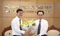 Thứ trưởng Hoàng Minh Sơn (bên phải) tặng hoa chúc mừng anh Bùi Quang Huy, Ủy viên dự khuyết T.Ư Đảng, Bí thư thường trực T.Ư Đoàn, Chủ tịch Hội SVVN nhân dịp Đoàn TNCS Hồ Chí Minh kỷ niệm 90 năm.