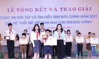 Ban tổ chức trao giải Đặc biệt cho em Lê Hoàng, Lớp 4C2, Trường Tiểu học Võ Thị Sáu, quận Lê Chân, TP Hải Phòng.