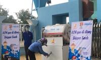 Người dân nhận gạo tại ATM gạo di động