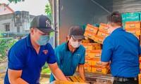 Đội thanh niên tình nguyện tại Bình Dương tiếp nhận các món quà để trao tận tay cho sinh viên, lao động nghèo