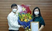 Anh Bùi Quang Huy, Bí thư thường trực TƯ Đoàn trao quyết định, tặng hoa chúc mừng chị Trịnh Thị Mai Phương. Ảnh: Bảo Anh
