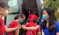 Bí thư Thành Đoàn Hà Nội Chu Hồng Minh chào các bạn sinh viên ĐH Y Hà Nội lên đường lấy mẫu xét nghiệm