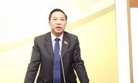 ĐBQH Lưu Bình Nhưỡng trao đổi nhanh với PV các cơ quan báo chí đầu giờ chiều nay, 9/11.
