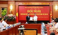 Ông Triệu Tài Vinh (bìa trái) thôi chức Bí thư Tỉnh ủy Hà Giang để giữ chức Phó trưởng ban Kinh tế trung ương. Ảnh: T.Trung