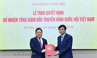 Tổng Thư ký Quốc hội trao Quyết định bổ nhiệm Tổng Giám đốc Truyền hình Quốc hội Việt Nam cho ông Vũ Minh Tuấn. Ảnh QH