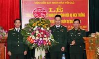 Thiếu tướng Tạ Quang Khải chúc mừng các đồng chí được bổ nhiệm. Ảnh CP