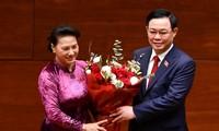 Ông Vương Đình Huệ tặng hoa bà Nguyễn Thị Kim Ngân. Ảnh Như Ý