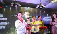 Nhà báo Lê Xuân Sơn, Tổng Biên tập báo Tiền Phong, Trưởng BTC Tiền Phong Golf Championship, trao Cup cho golfer Lê Hùng Nam- nhà vô địch mùa giải đầu tiên