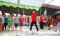 Quang Hải chơi bóng với trẻ em nghèo