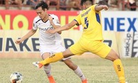 Tình huống Văn Toàn bị đốn ngã trong vòng cấm ở vòng 20 V-League gây tranh cãi