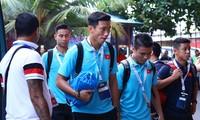 Các cầu thủ Việt Nam tới sân đấu. Ảnh: Zing