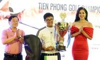 Golfer 13 tuổi Nguyễn Bảo Long trở thành người đầu tiên nhận cúp luân lưu Tiền Phong Golf Championship 2018. Ảnh: Mạnh Thắng