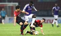 Bangkok United trong một cuộc đối đầu với CLB Hà Nội (giữa) tại vòng sơ loại AFC Champions League.