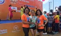 Phó Tổng cục trưởng TC TDTT Lê Thị Hoàng Yến, VĐV Nguyễn Thị Oanh, nhà báo Khương Xuân (báo Tuổi Trẻ) tại Tiền Phong Marathon 2019 (Vũng Tàu).