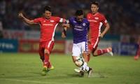 Bùi Tiến Dũng (trái) vắng mặt trong trận cầu đinh vòng 12 V-League.