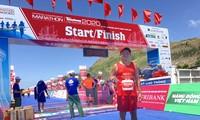 Ông Đoàn Ngọc Hải hoàn thành đường đua 42,195 km ở Tiền Phong Marathon 2020 tại Lý Sơn.