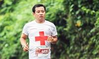 Ông Đoàn Ngọc Hải kết hợp chạy bộ với làm từ thiện