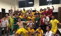 Cầu thủ Thanh Hoá ăn mừng trong phòng thay đồ sau chiến thắng kịch tính