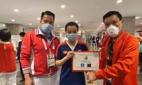 Thuỳ Linh nhận thưởng nóng ảnh Thu Sâm/Đoàn TTVN