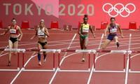 Quách Thị Lan (ngoài cùng, bên trái) giành quyền vào bán kết nội dung 400m rào nữ tại Olympic 2020