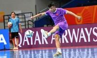 Các tuyển thủ futsal Việt Nam quyết tâm trước trận gặp Nga.