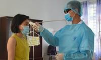 Kiểm tra thân nhiệt một người đang cách ly ở Bà Rịa- Vũng Tàu
