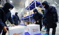 Vắc xin COVID-19 sau khi đưa vào các kiện nhỏ, sẽ được cho vào thùng xốp đưa ra sân bay vận chuyển ra Hà Nội- ảnh VNVC
