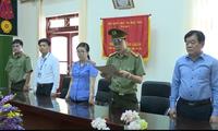 Ông Hoàng Tiến Đức, Giám đốc Sở GD&ĐT Sơn La (ngoài cùng bên phải) Ảnh cắt từ clip do công an cung cấp.