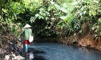 """Nguồn nước sông Đà bị """"đầu độc"""" bằng dầu thải."""