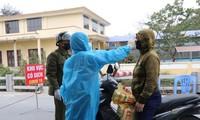 Cơ quan chức năng tỉnh Bắc Ninh đo thân nhiệt cho người dân