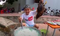 Hình ảnh cháo gà nguyên con của Hưng Vlog