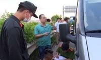 Cảnh sát lấy lời khai của tài xế Dũng áo đen trên cao tốc. Ảnh: Công an cung cấp/VnExpress