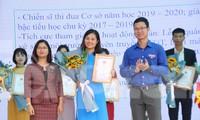 Anh Thân Trung Kiên, Bí thư Tỉnh Đoàn Bắc Giang tặng thưởng cho giáo viên trẻ tiêu biểu