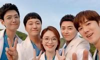 """""""Hospital Playlist 2"""" tung hậu trường lầy lội, bác sĩ Ik Jun để bị vẩy cả nước mì lên mặt"""
