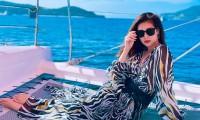 """Tung ảnh đi biển dù ở khu cách ly, Hoa hậu Khánh Vân được fan động viên """"qua 10 ngày rồi"""""""