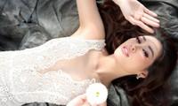 Hoa hậu Khánh Vân tự tin với kiểu váy cổ chữ V xẻ sâu, biến vòng 1 khiêm tốn thành lợi thế