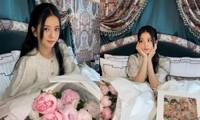 """""""Công chúa"""" Jisoo khoe ảnh chụp cùng hoa, netizen cảm thán """"hoa còn không đẹp bằng người"""""""