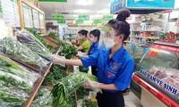 TP.HCM: Gen Z kể chuyện tình nguyện đi chợ hộ, tiết lộ bí kíp tủ lạnh luôn có đồ tươi