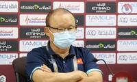 """Phản ứng của thầy Park khi phát hiện phóng viên UAE định """"quay lén"""" tờ ghi chú chiến thuật"""
